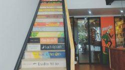 Mỗi bậc cầu thang trông như một quyển sách đang xếp chồng lên nhau