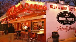 Nên chọn các vị trí đặt nhà hàng pizza ở các khu vực đông dân cư sẽ giúp thu hút được nhiều khách hàng hơn.