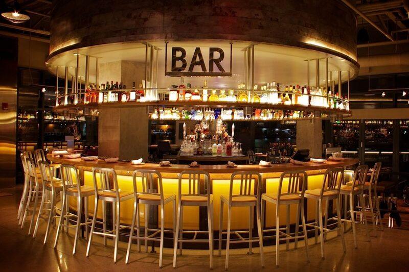 Quầy bar là nơi đầu tiên đón tiếp khách ahfng. Vì thế đóng vai trò vô cùng quan trọng